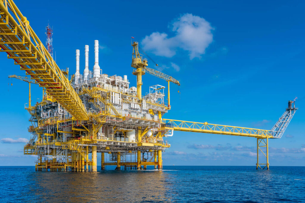 General view of an Offshore platform in the middle of the calm sea, blue sky in a sunny day. It seems normal live has been recovered as Nexua Excellence quality explains in this article about post coronavirus in the oil and gas industry.